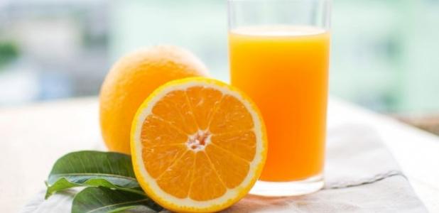 El jugo de naranja es igual de malo que un refresco