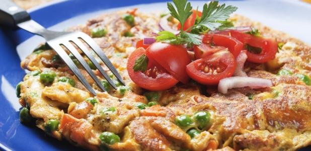 Omelette con mozarrella, espinacas, cebollas y tomates.